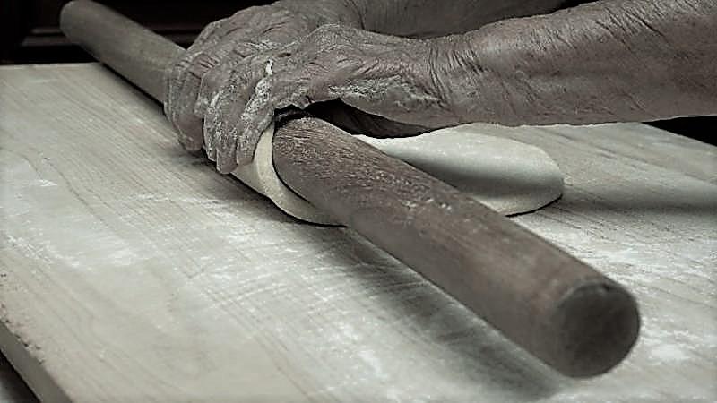 mani che stirano la pasta fresca