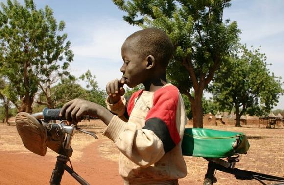 Bambino africano con bicicletta