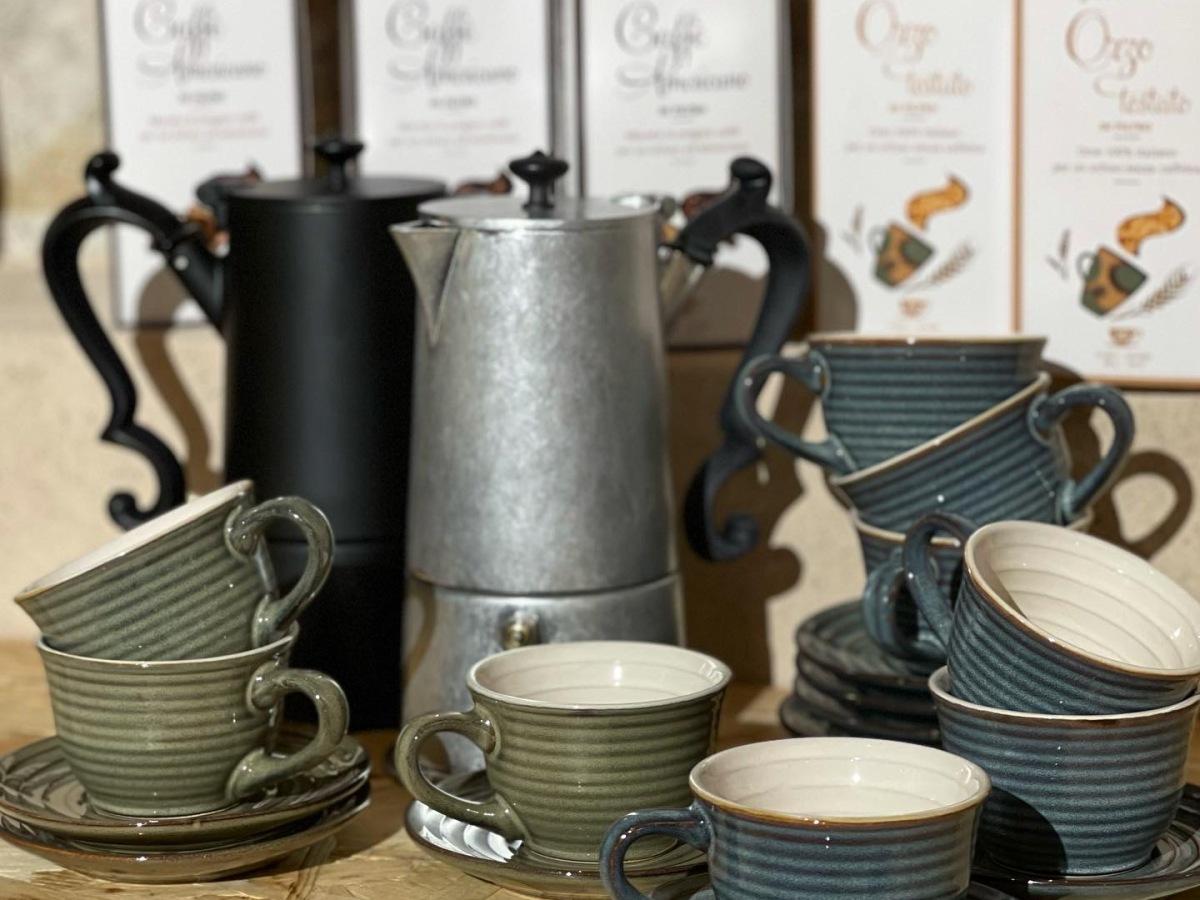 caffè tazzine e caffettiera